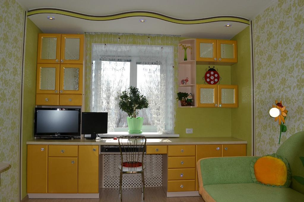 Детская комната. покажите, у кого стол вдоль окна / форум.