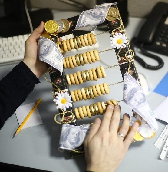 Подарок для бухгалтера из конфет своими руками