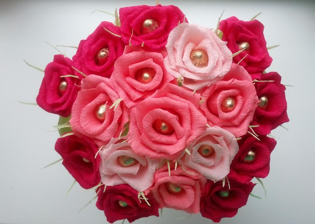 Как делать цветы с конфетами с гофрированной бумаги