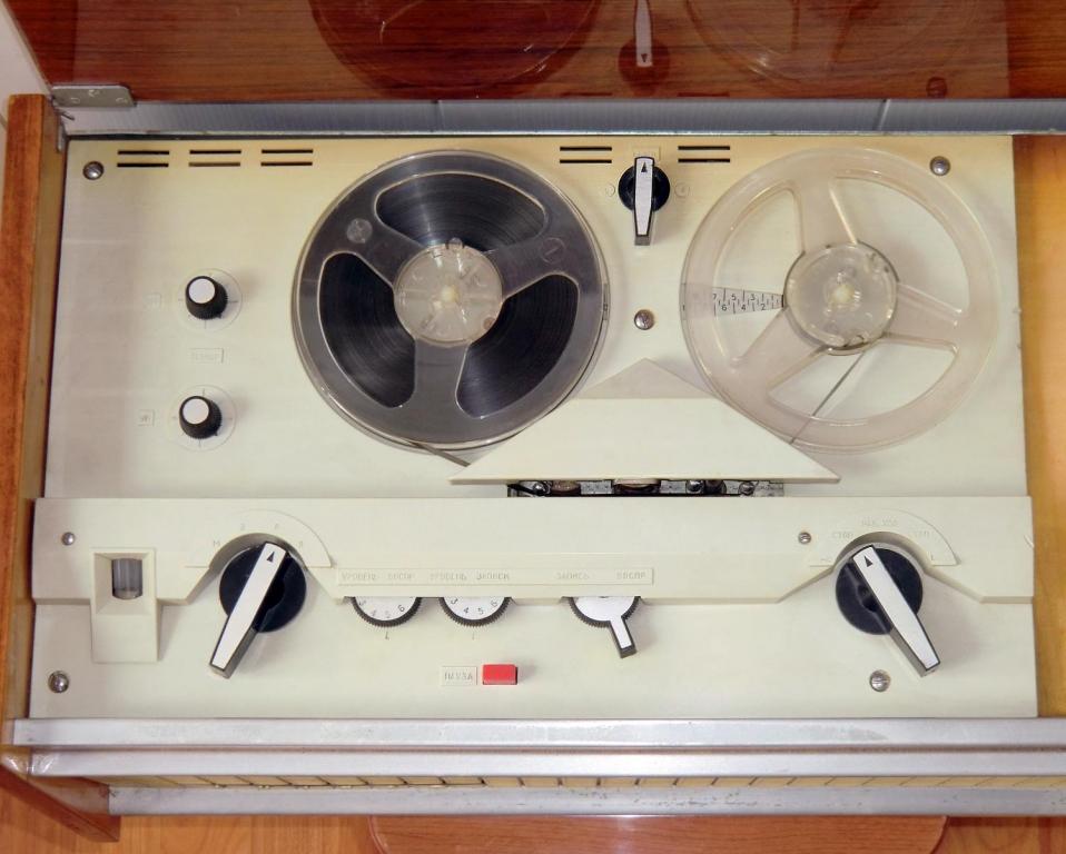 Сетевой катушечный магнитофон днiпро-11 с 1960 года выпускал киевский