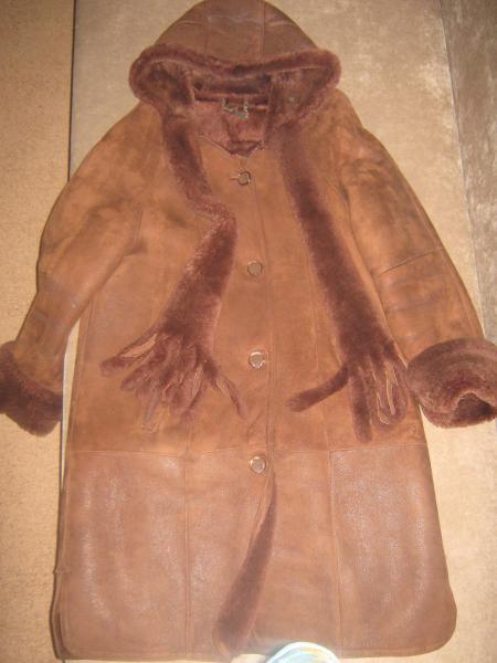 продам дубленку для HM, переделки. .  Рыже-коричневая, размер 52, длина 110 см, рукав реглан, мех плотный...