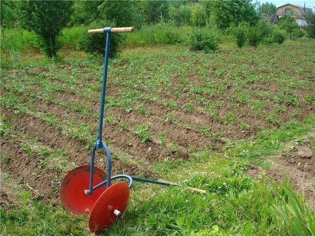 Приспособления для окучивания картофеля