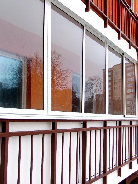 Остекление балконов с перегородкой.