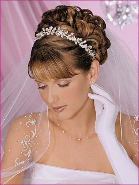 Свадебные прически на волосах средней длины с диадемой