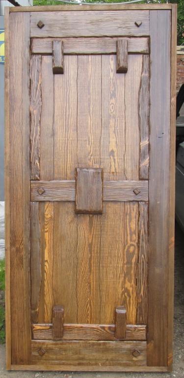 цена изготовления и установки входной двери из дерева сосны