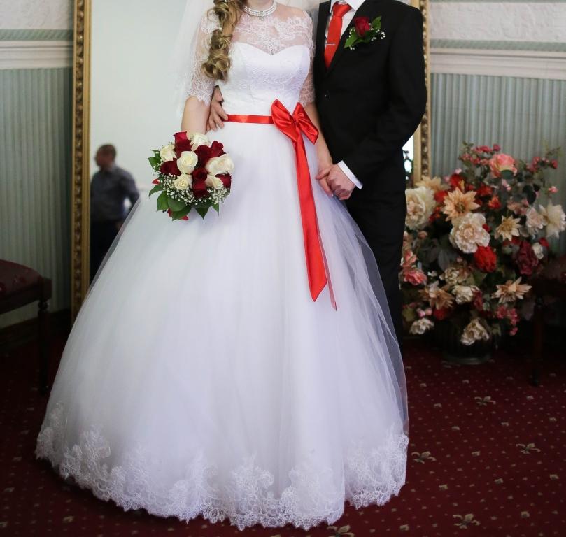 Платье невесты с красной лентой