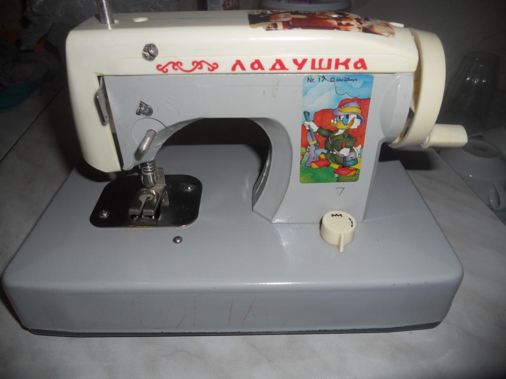 Продам две красивые удобные детские швейные машинки (металл, из СССР). . Одна детская швейная машинка голубого