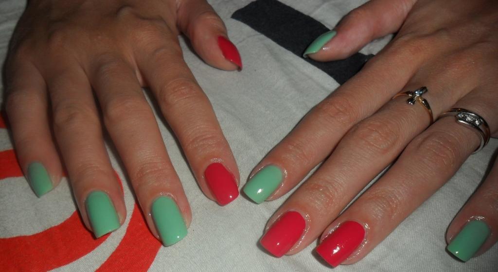 Сочетание кораллового цвета с другими цветами на ногтях